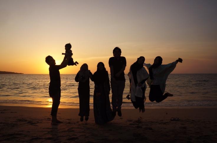 Muslims In Indonesia Beach.JPG