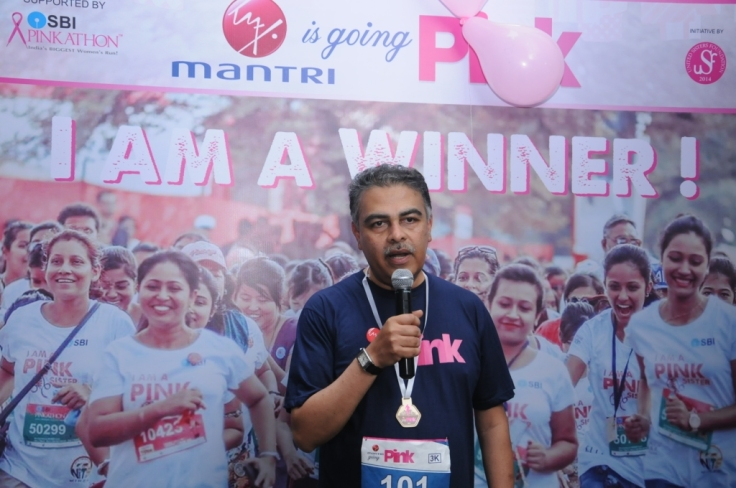 Mr. Sushil Mantri, CMD, Mantri Developers Pvt. Ltd addresses the crowd at Mantri is going Pink Run- Health Awareness Campaign