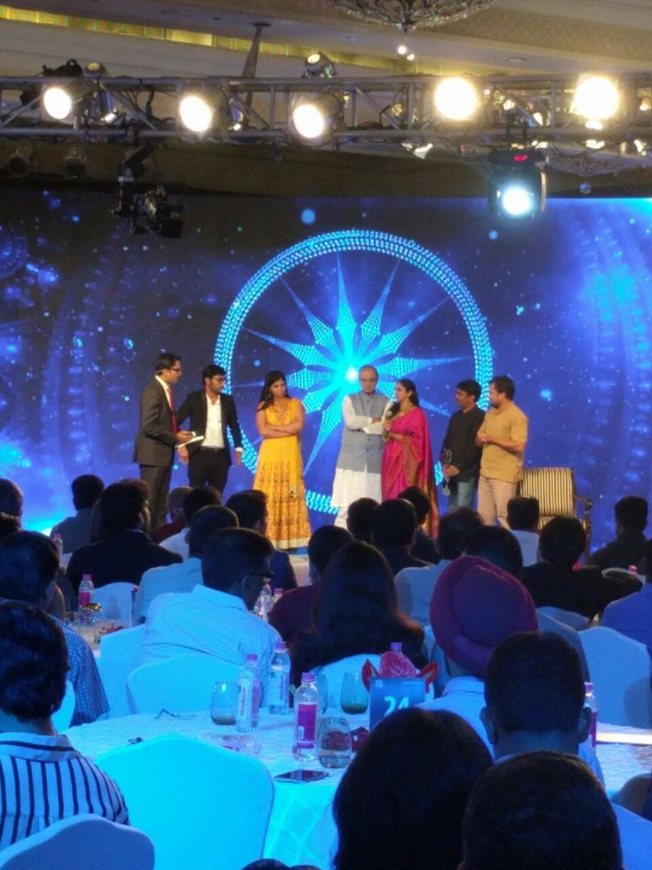 RJ Balaji receives the award from Honourable Finance Minister Mr. Arun Jaitley at the 10th edition of CNN News 18 Indian of the Year Award (2) (1)