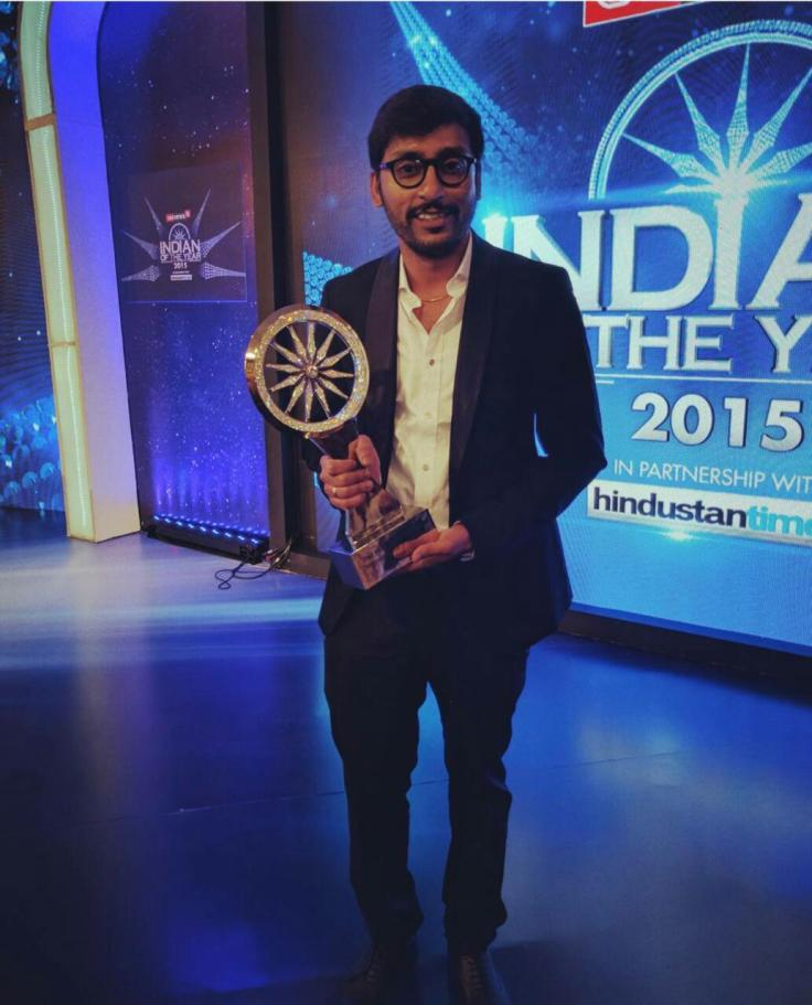 RJ Balaji receives the 'CNN NEWS 18 INDIAN OF THE YEAR AWARD - PEOPLE OF CHENNAI' (1)