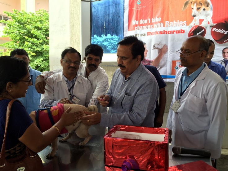 Pics- A dog is being vaccinated during Free Vaccination Camp organized by Indian Immunologicals on World Zoonoses Day_1 (1)
